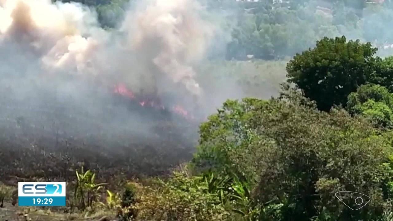Incêndio atinge vegetação na Serra, ES