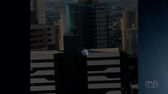 Vídeo mostra três crianças andando em terraço de prédio em Goiânia
