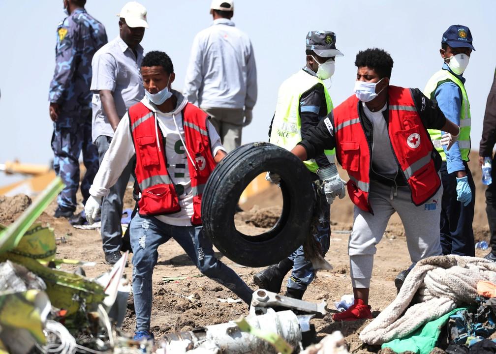 Equipe com investigadores retira nesta segunda-feira (11) pneu do local do acidente com voo da Ethiopian Airlines Bishoftu — Foto: Tiksa Negeri/ Reuters