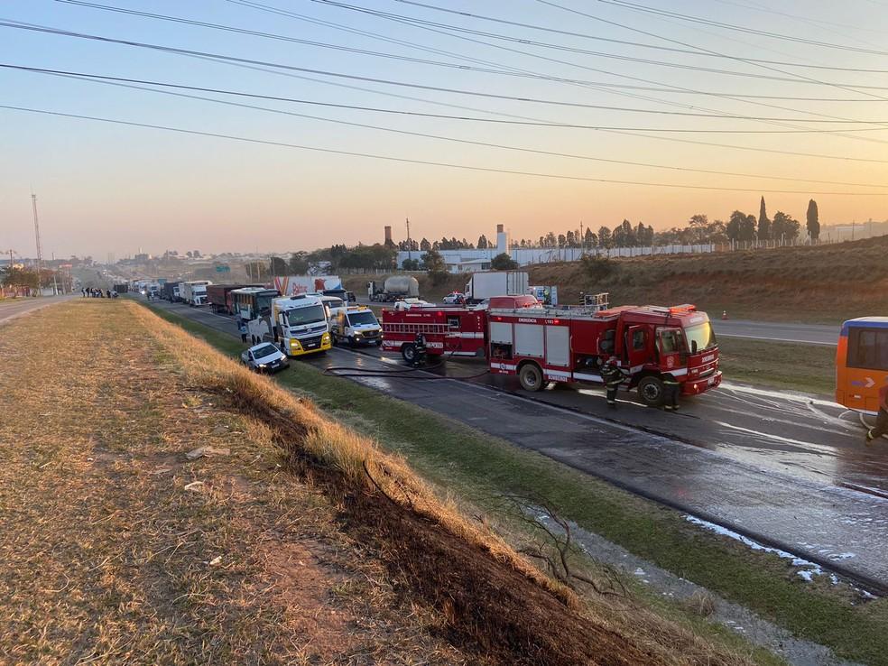 Dois caminhões bateram na SP-75; colisão provocou incêndio e interditou pista em Itu (SP) — Foto: Fernando Vitarelli/ITV