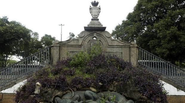 O Passeio Público, parque construído no século XVIII e onde há estátuas, um portão e um chafariz de Mestre Valentim, está na lista de área adotáveis pelo projeto Adote.Rio (Foto: Agência O Globo)