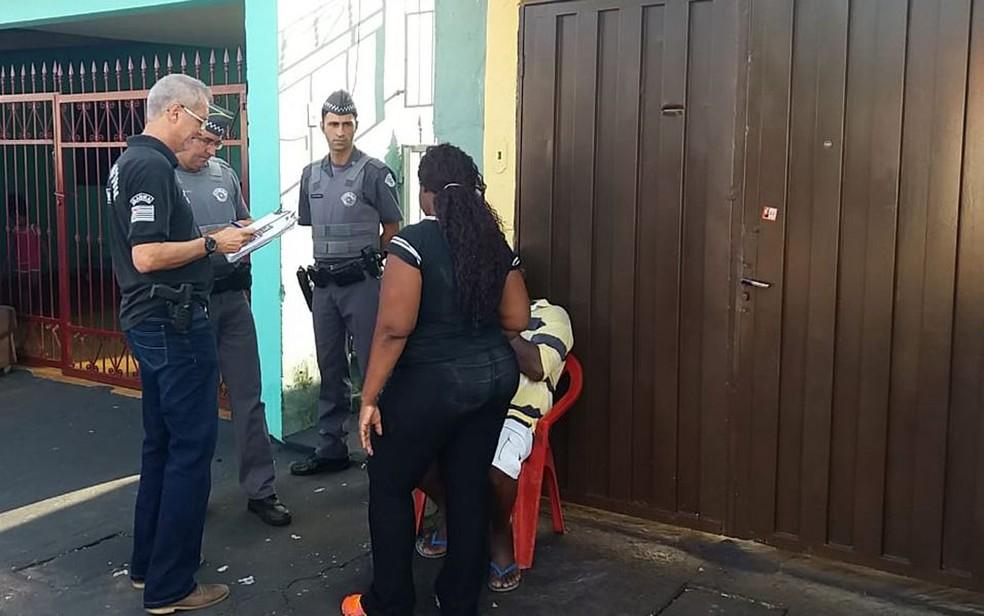 Policiais colhem informações de parentes da criança encontrada morta no bairro Ipiranga, em Ribeirão Preto, SP — Foto: Marcius Ariel/CBN Ribeirão