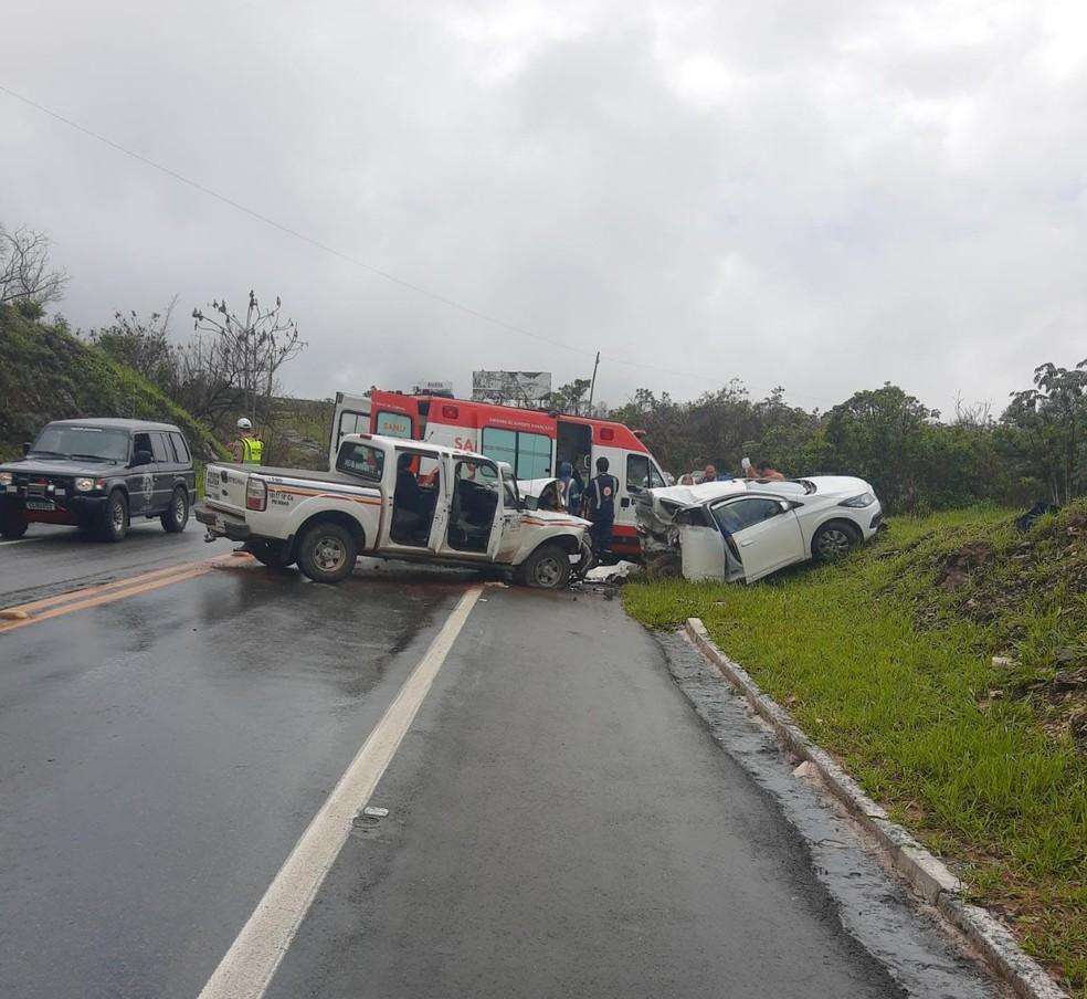 Carro rodou na pista e bateu em uma viatura da Policia Militar de Meio Ambiente em Capitólio — Foto: PMR/Divulgação