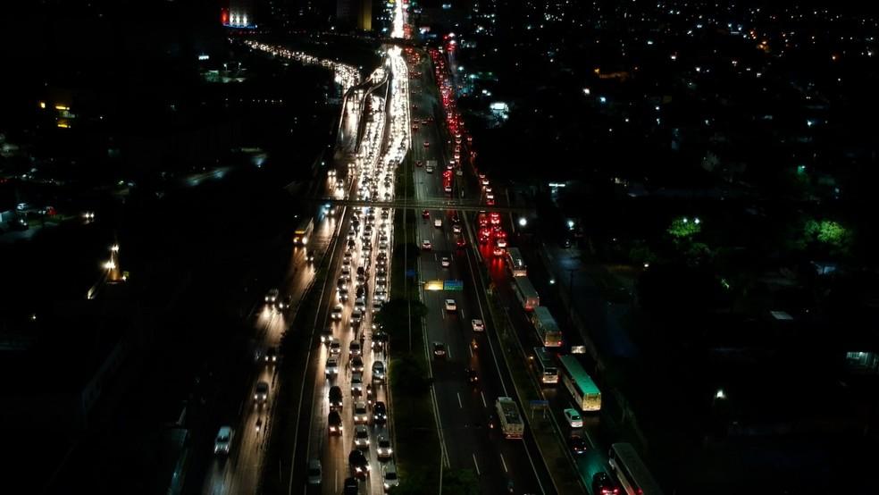 Protesto contra alta dos combustíveis bloqueia faixas da BR-101 em Natal — Foto: Reprodução/Inter TV Cabugi