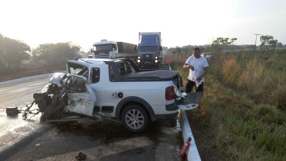 Carro ficou destruído após acidente na BR-153 (Foto: Divulgação)