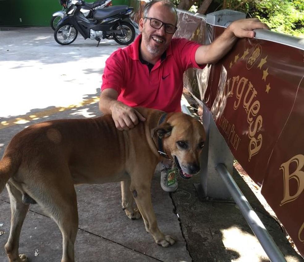Cachorro foi adotado por dono de posto de combustíveis e virou funcionário do mês em Jaú (Foto: Beatriz Furlanetto/Arquivo Pessoal)