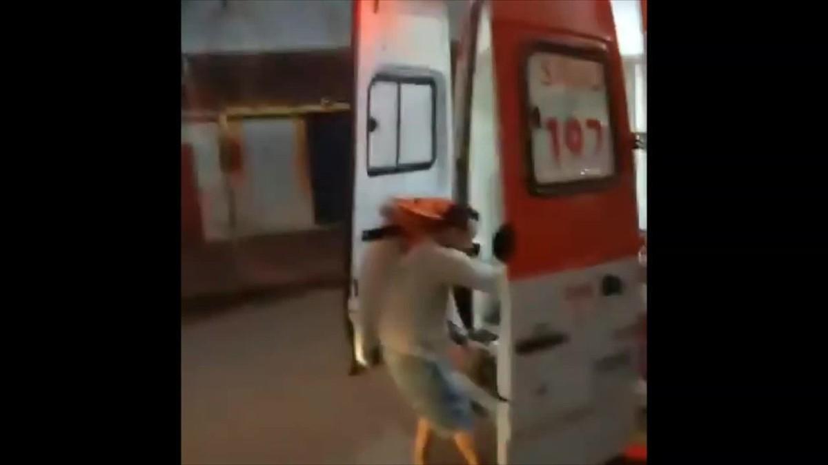 Homem é preso após sair de ambulância e jogar maca no meio da rua em Porto Velho