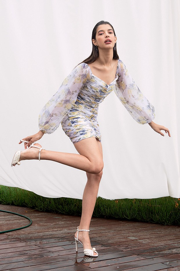 Vestido Iorane (R$ 1.589), brincos Vertali (R$ 9.490) e sandálias Jimmy Choo (R$ 9.815) (Foto: Caio Ramalho)