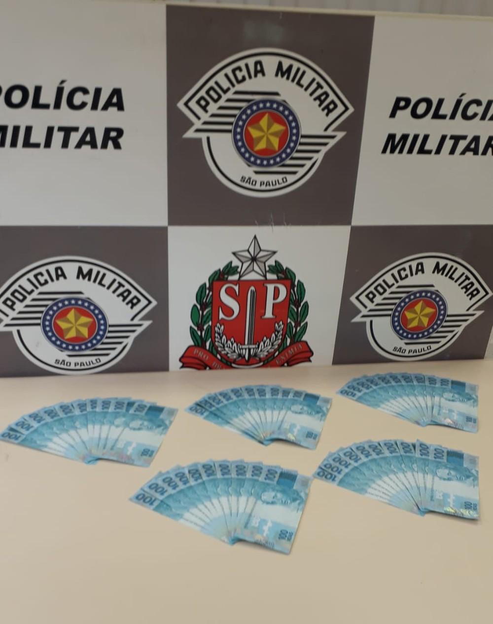 Notas de R$ 100 estavam com a mulher de 62 anos — Foto: Polícia Militar