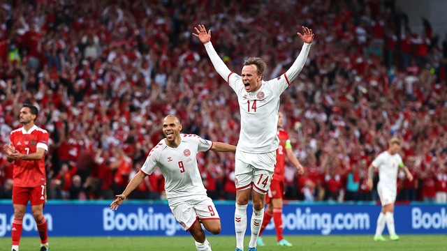 Damsgaard comemora gol que abriu o placar em Dinamarca x Rússia
