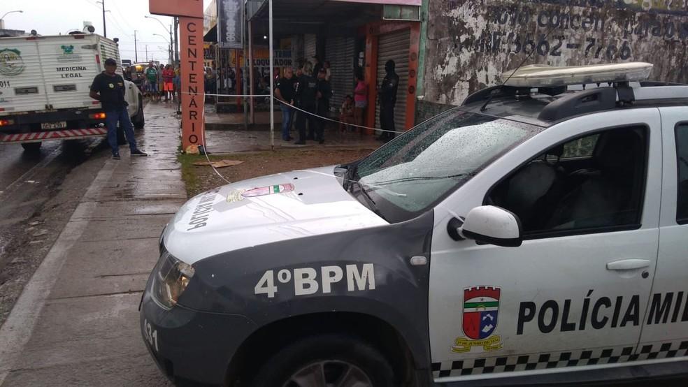 Homem foi morto a tiros em parada de ônibus na Zona Norte de Natal, na manhã desta quarta (8). Polícia Militar isolou cena do crime — Foto: Geraldo Jerônimo/Inter TV Cabugi
