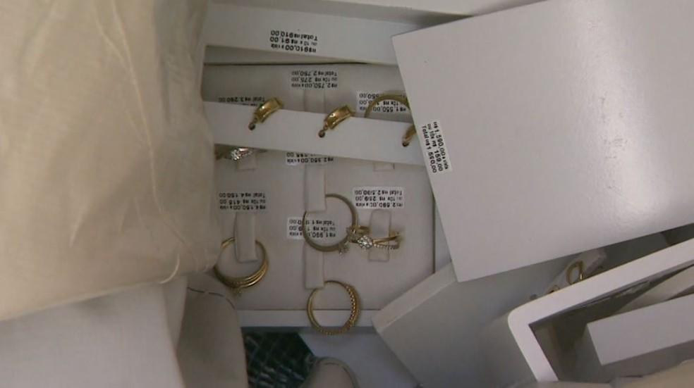 Brincos e anéis foram levados de loja da Vivara em Franca, SP (Foto: EPTV)