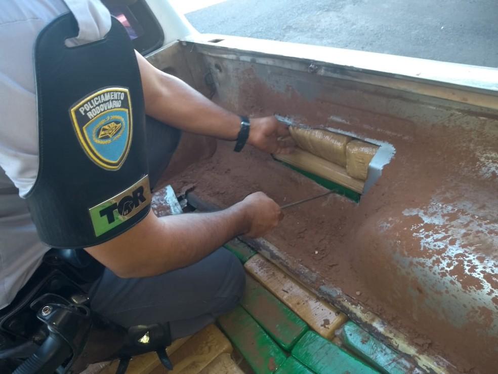 Policiais acharam droga na caçamba e dentro da lataria da caminhonete — Foto: Polícia Rodoviária/Divulgação