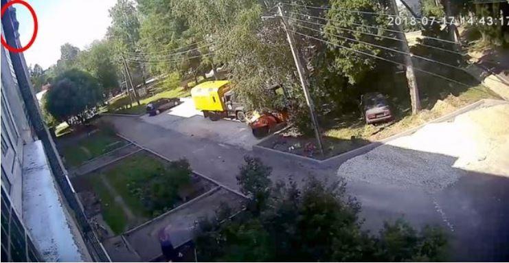 Menino cai da janela de um prédio na Rússia (Foto: Reprodução/Daily Mirror)