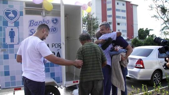 Otaviano Costa se emociona ao ajudar moradores de rua no 'Estrelas Solidárias'