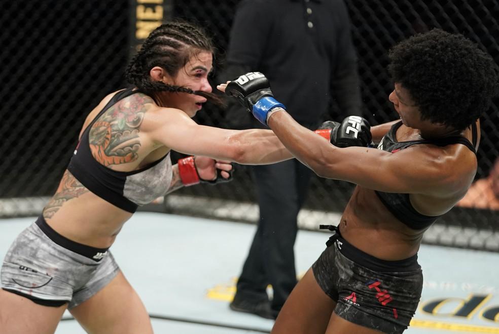 Cláudia Gadelha acerta um direto em Angela Hill no UFC: Overeem x Harris — Foto: Getty Images