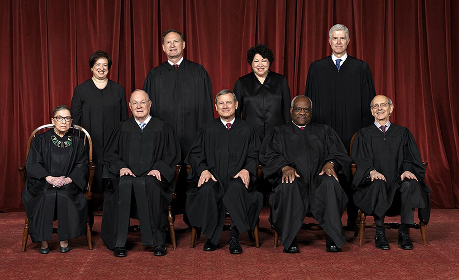 Primeira fila, da esquerda para a direita: Ruth Bader Ginsburg, Anthony Kennedy, John Roberts., Clarence Thomas e Stephen Breyer. Na fila de trás: Elena Kagan, Samuel Alito, Sonia Sotomayor e Neil Gorsuch (Foto: Suprema Corte dos EUA)