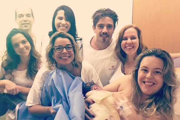 Mariana Bridi e Valentim recebem visitas na maternidade (Foto: Reprodução/Instagram)