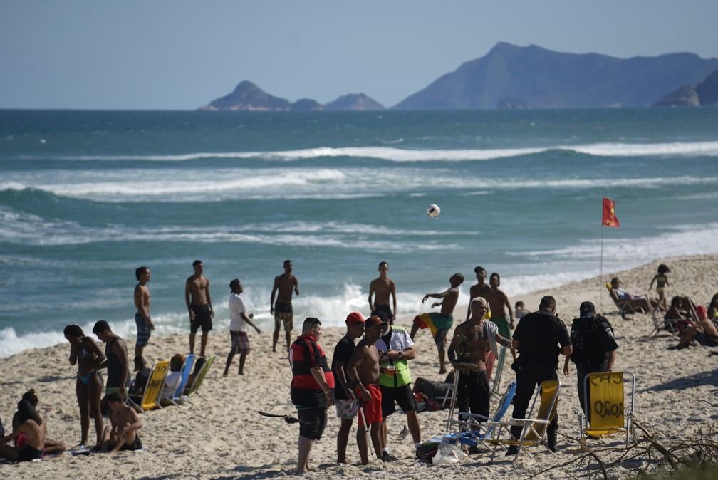 Polícia fiscaliza grupos na areia da Praia da Barra da Tijuca, na Zona Oeste do Rio �- Foto: Marcos Serra Lima/G1