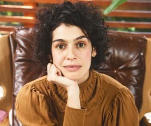"""Maria Flor se identifica com personagem em busca por si mesma: """"O tempo todo estou tentando me encontrar"""""""