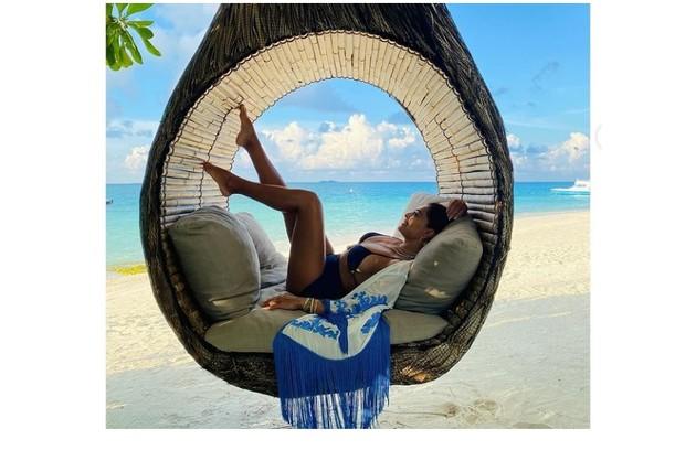 Juliana Paes, que estava na ilha com uma amiga, compartilhou fotos estilosas em suas redes (Foto: Reprodução)