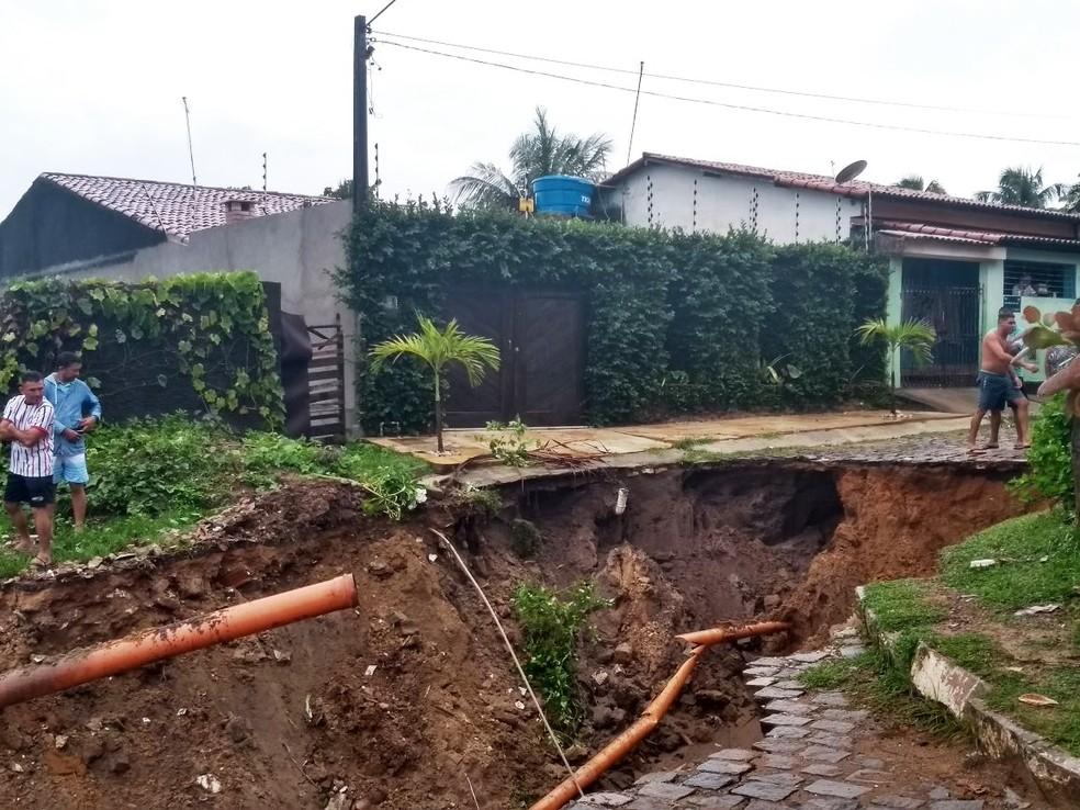Moradores da Rua Omar Batista de Lima também ficaram assustados com os estragos causados pelas chuvas (Foto: Bruno Trajano)