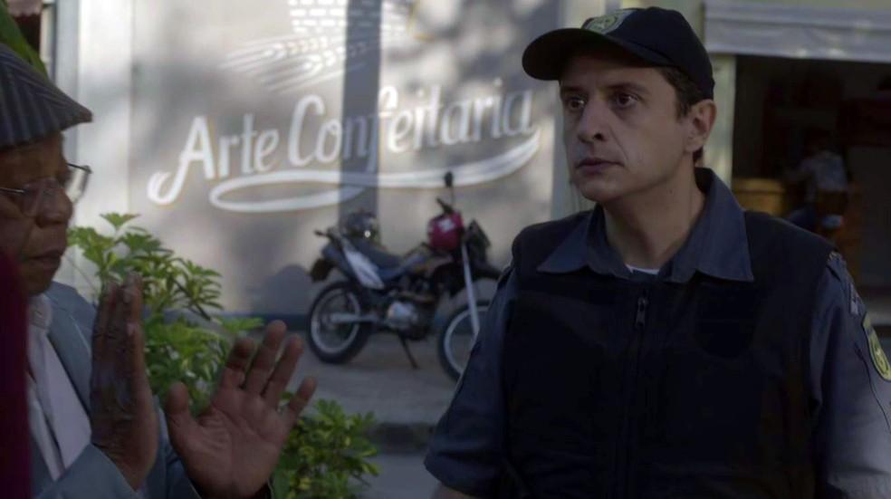Policial dá ordem de prisão para Dom Sabino (Foto: Globo)
