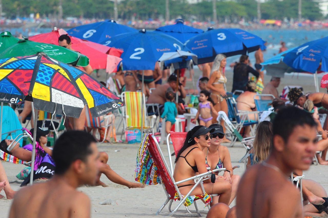Banhistas aproveitam dia de sol e ignoram uso obrigatório de máscaras no litoral de SP