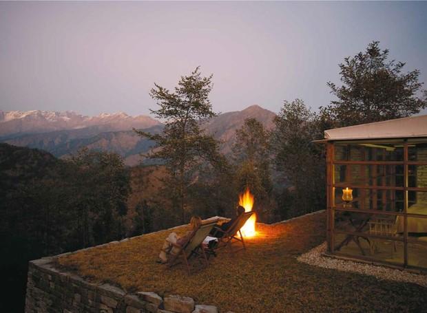 A simplicidade dos chalés do local completa a paisagem do Himalaia (Foto: Welcome Beyond/ Reprodução)