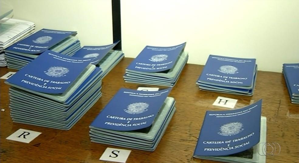 Algumas carteiras de trabalho estão há mais de quatro anos no Sine (Foto: Reprodução/TV Anhanguera)