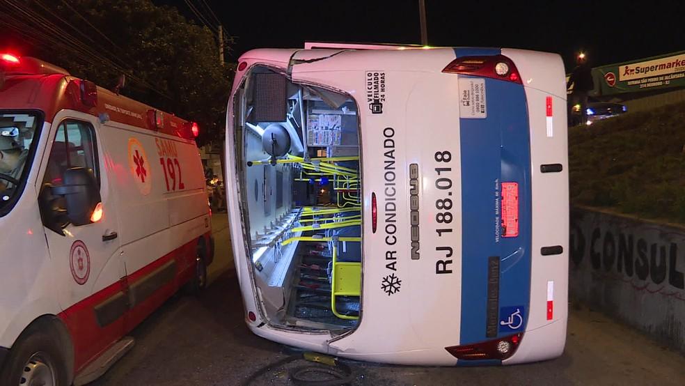 Passageiros que estavam no ônibus da linha 544, que faz o trajeto entre o município de Nova Iguaçu e o Méier, que caiu do viaduto de Deodoro, na Zona Oeste do Rio, contam que o veículo não estava em alta velocidade — Foto: Reprodução/ TV Globo
