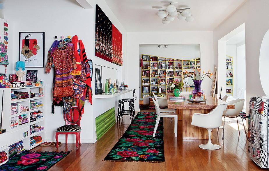 No chão, passadeira artesanal, comprada na Ucrânia. Na parede, acima do aparador, telas com tecidos da Tailândia. Assim é a casa da estilista Adriana Barra: há lembranças de viagens em todos os cantos