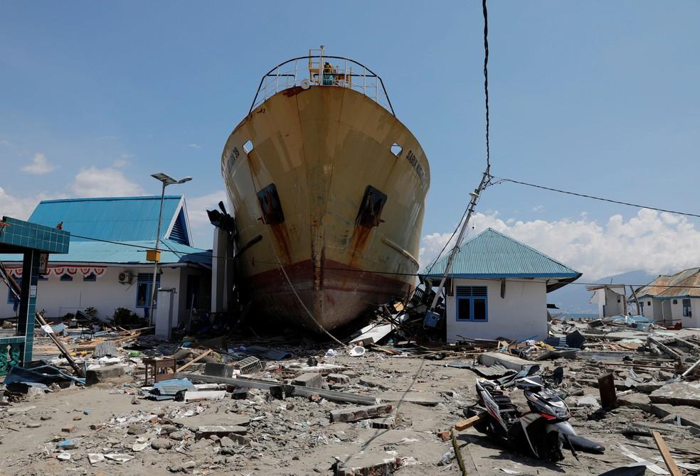 Balsa fica encalhada após tsunami atingir a aldeia de Wani, em Donggala, na ilha de Sulawesi, na Indonésia, em foto desta terça-feira (2) — Foto: Beawiharta/ Reuters