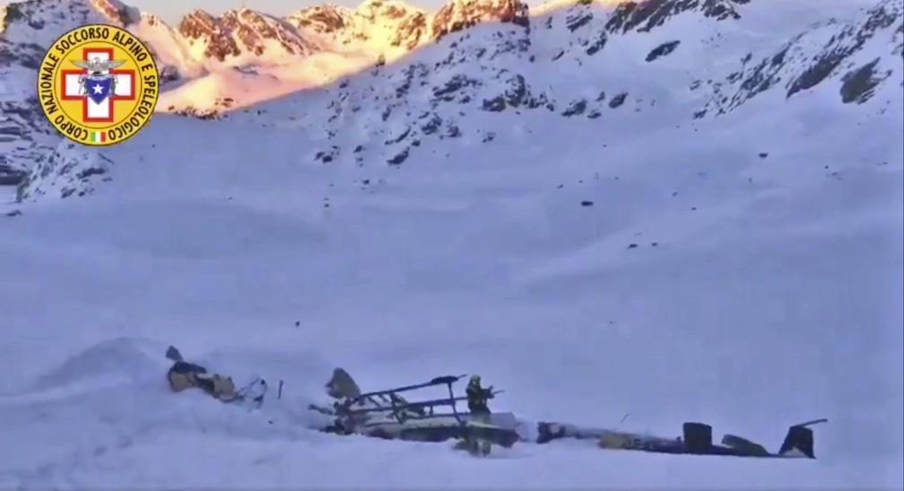 Helicóptero caiu em geleira na Itália após colidir com avião em pleno voo — Foto: Soccorso Alpino e Speleologico via AP