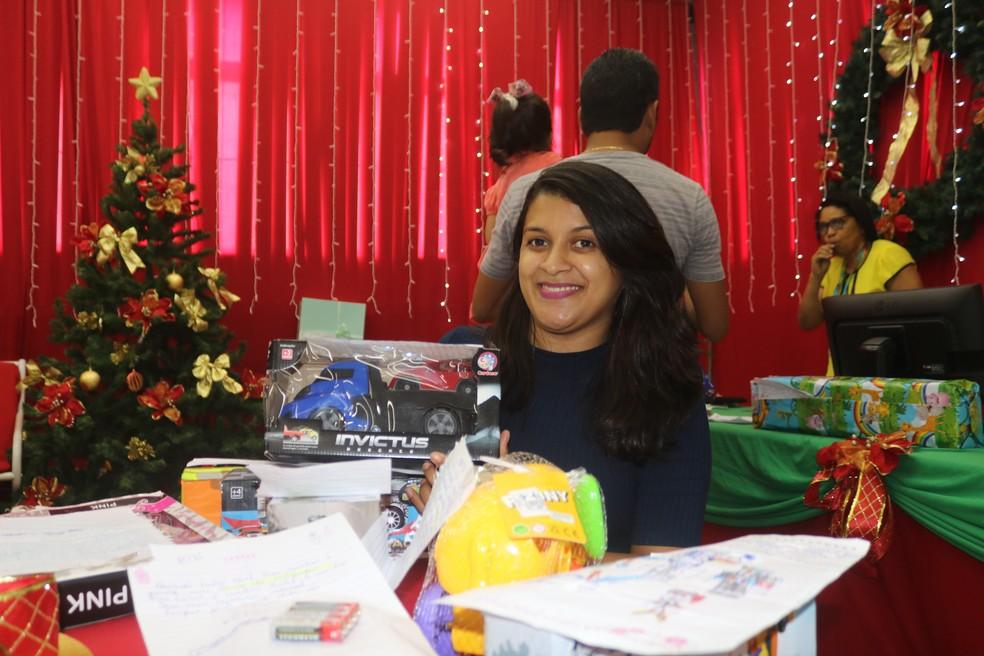 Engenheira foi deixar os presentes que comprou — Foto: Gilcilene Araújo/G1