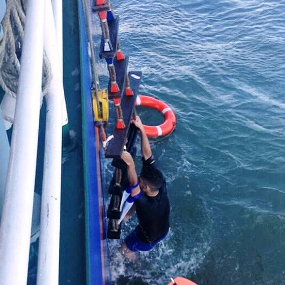 Surfista foi levado a bordo em navio no acesso ao Porto de Santos, SP — Foto: Divulgação/Corpo de Bombeiros
