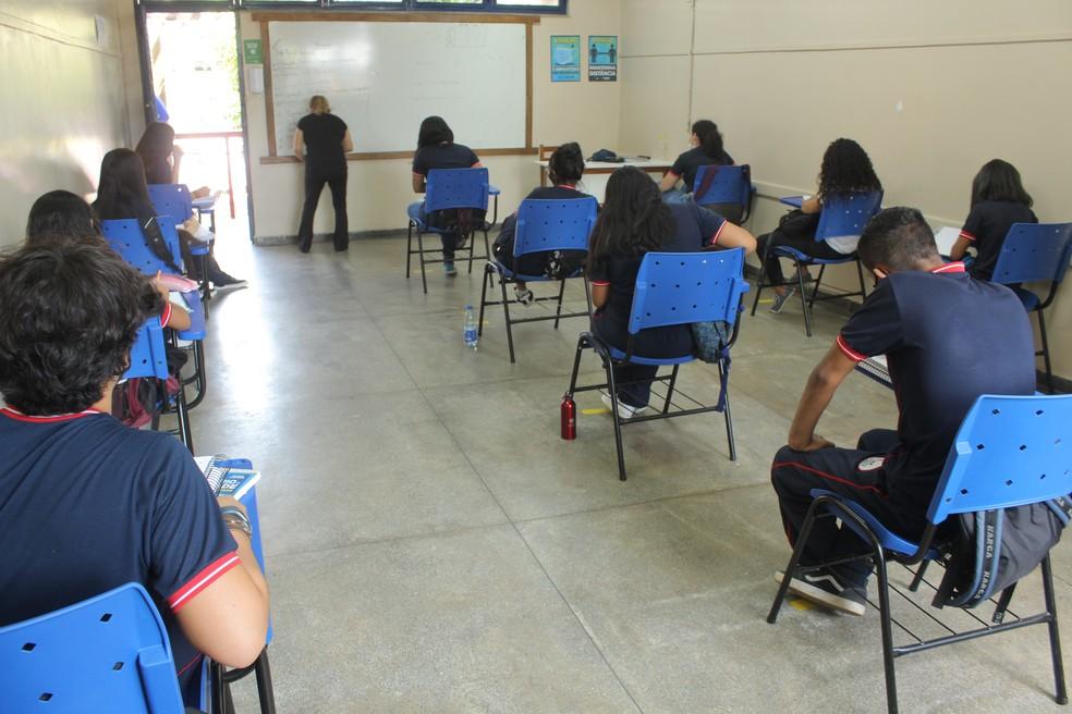 Salas de aula estão com a capacidade reduzida.  — Foto: Matheus Castro/G1 AM