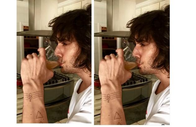 O artista também marcou no corpo a sua paixão pela música (Foto: Reprodução)