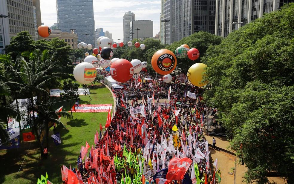 311595b81 ... Manifestantes com bandeiras e faixas de centrais sindicais se reúnem  para ato pelo 1º de Maio