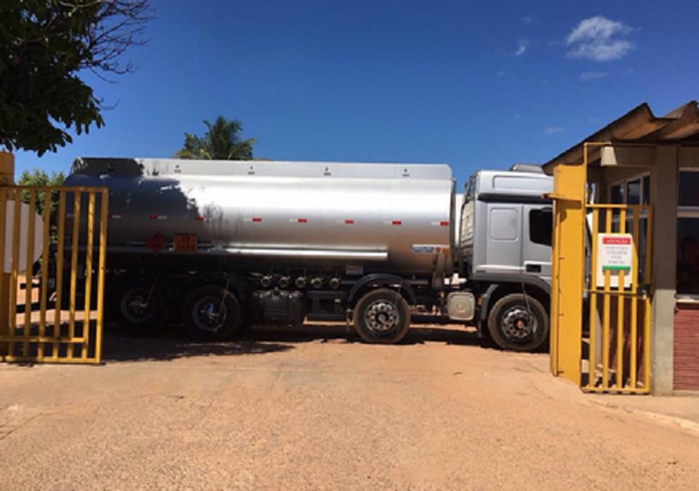Caminhoneiros fecharam base da Petrobras no Crato, Região do Cariri do Ceará. (Foto: Reprodução/TV Verdes Mares)