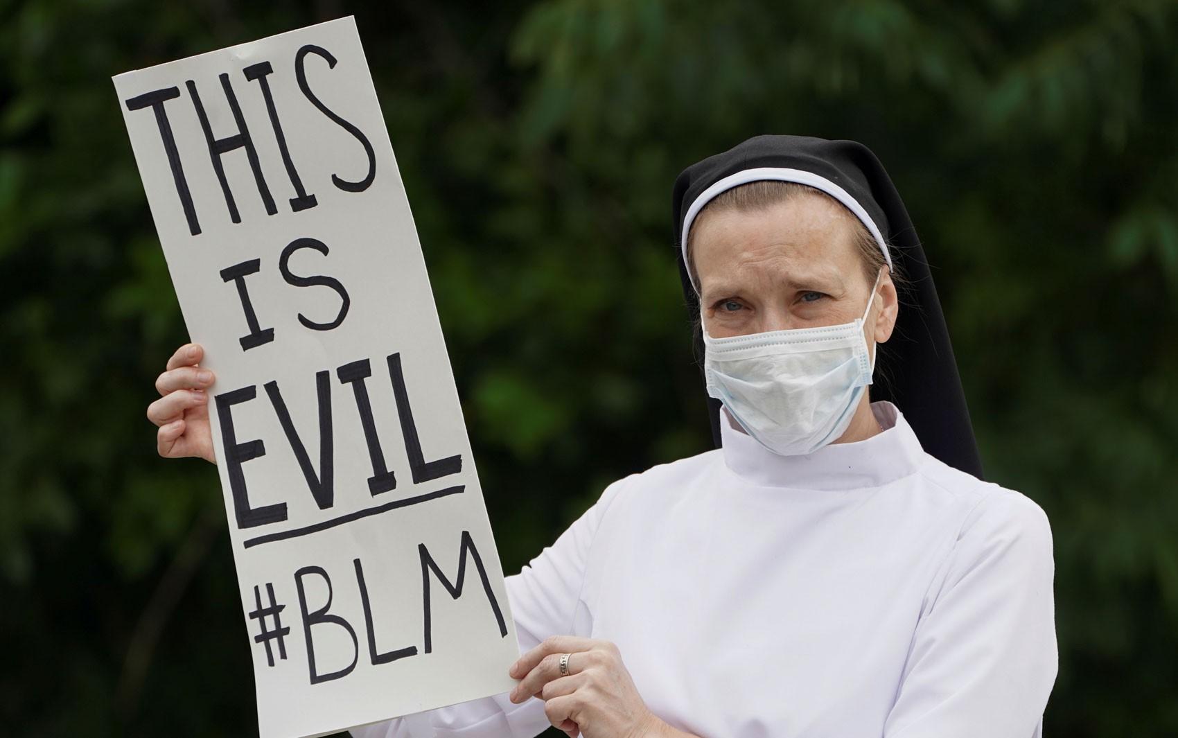 Líderes religiosos reagem indignados a gesto de Trump com a Bíblia