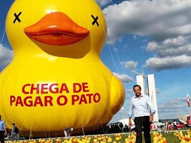 Presidente da Fiesp, Paulo Skaf, ao lado de pato durante protesto em Brasília (Foto: Divulgação)