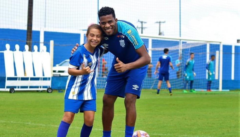 Natália Pereira ao lado de Betão, capitão do Avaí — Foto: André Palma Ribeiro/Avaí F.C.