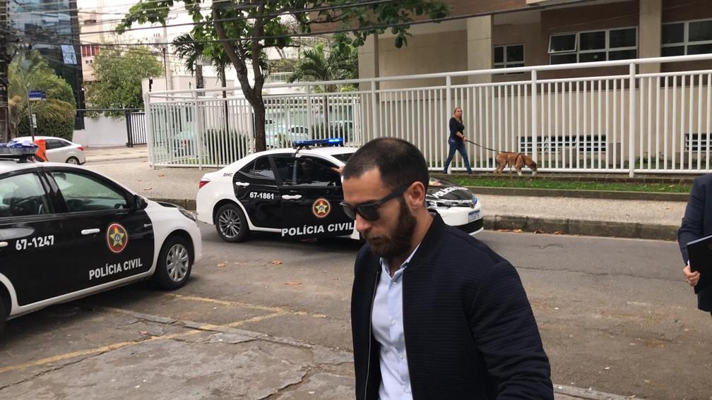 Bernardo Bello vai a delegacia prestar depoimento após atentado contra Shanna (arquivo) — Foto: Henrique Coelho / G1