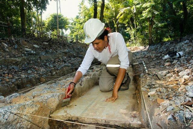 Técnicos do Iphan e funcionários da Fundação RioZoo descobriram durante escavações no zoológico RioZoo mais de 30 mil peças datadas do século 19 até os primeiros anos do século 20 (Foto: Prefeitura do Rio)