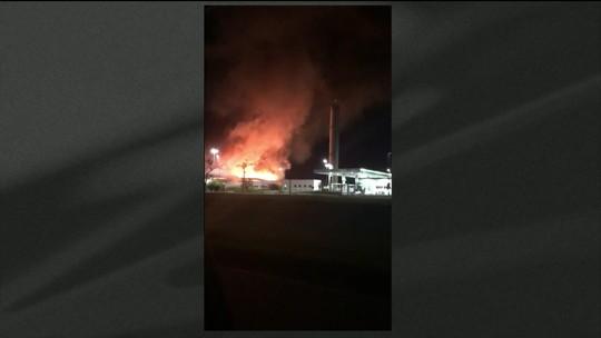 Incêndio destrói conveniência de posto na Via Lagos, no RJ