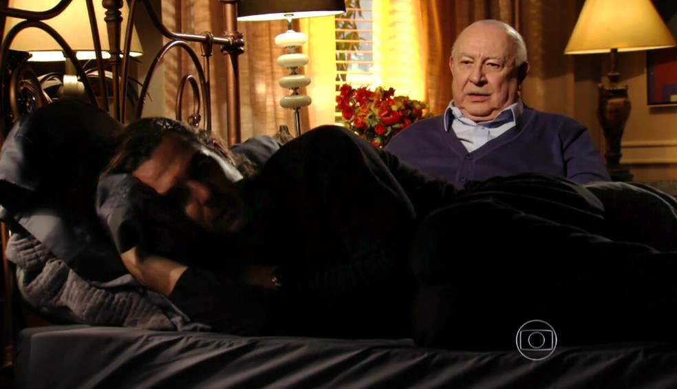 Dionísio (Sérgio Mamberti) minimiza a tristeza de Alberto (Igor Rickli) - 'Flor do Caribe' — Foto: Globo
