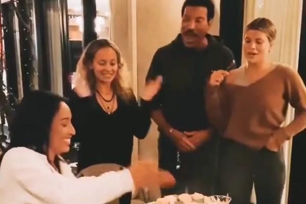 O músico Lionel Richie com a modelo e empresária suíça Lisa Parigi e as duas filhas dele (Foto: Instagram)