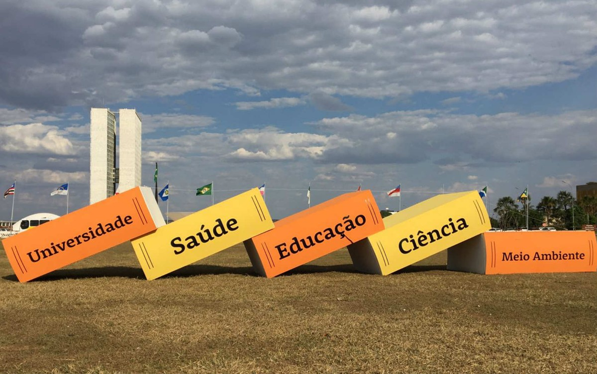 Ato em Brasília mostra 'efeito dominó' dos cortes de verbas da educação federal