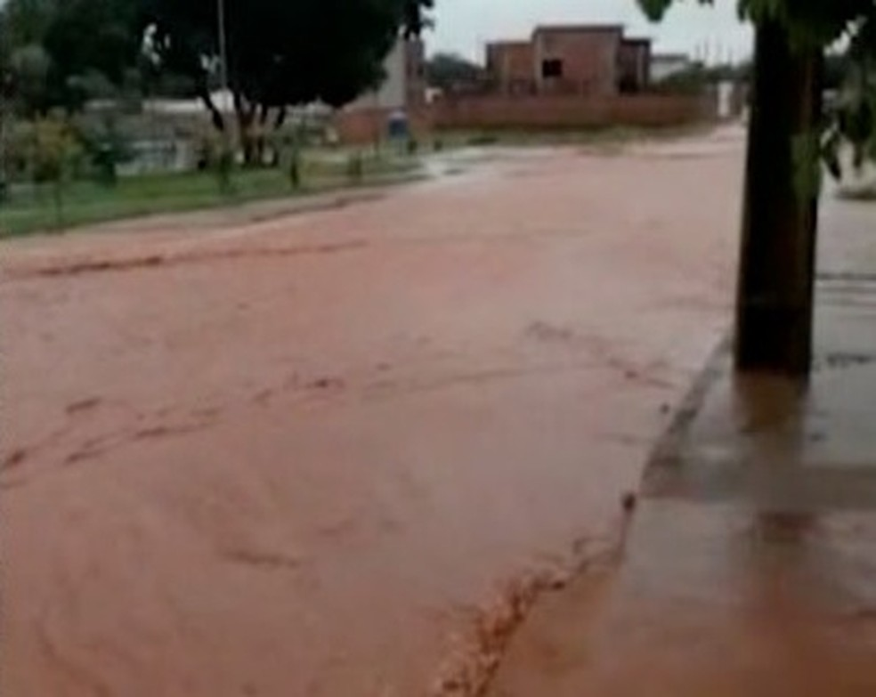 Ruas viram rio na região norte de Palmas — Foto: Reprodução/TV Anhanguera